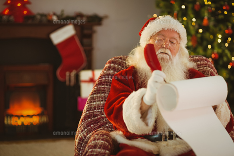 Concentrated santa writing his list on a scrollの素材 [FYI00004679]