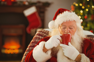 Father christmas drinking a hot beverageの写真素材 [FYI00004681]
