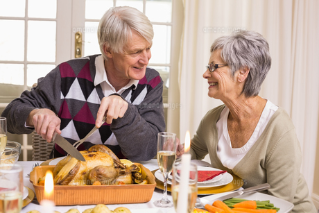 Grandfather carving roast turkey at christmas dinnerの写真素材 [FYI00004691]