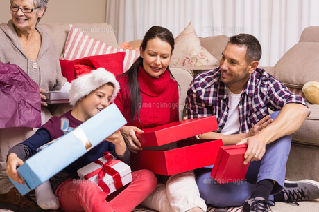 Happy family opening christmas gifts togetherの写真素材 [FYI00004693]