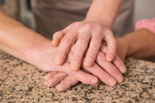 Senior couple holding hands on tableの写真素材 [FYI00004704]