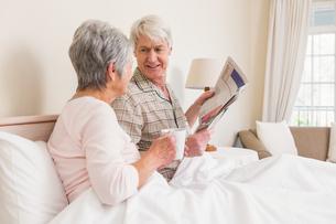 Senior couple relaxing in bedの写真素材 [FYI00004714]