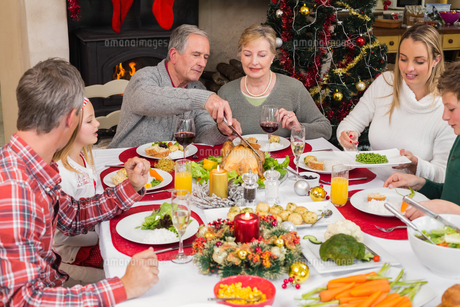 Three generation family having christmas dinner togetherの写真素材 [FYI00004732]