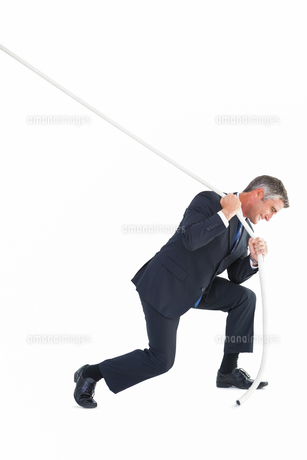 Classy businessman pulling a ropeの写真素材 [FYI00004776]