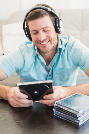 A man listening to cdsの写真素材 [FYI00004782]