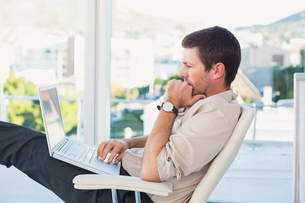 Relaxed businessman with a laptopの写真素材 [FYI00004789]