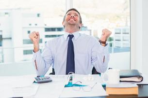 Cheering businessman at his deskの写真素材 [FYI00004806]