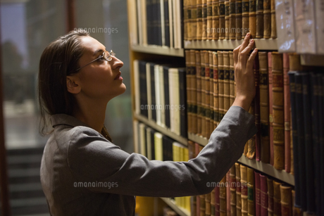 Lawyer picking book in the law libraryの写真素材 [FYI00004816]