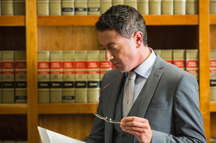 Lawyer reading book in the law libraryの写真素材 [FYI00004817]