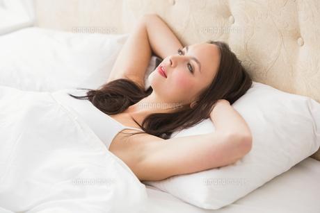 Pretty brunette lying in bedの写真素材 [FYI00004841]