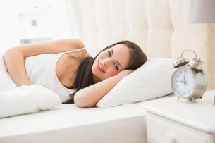 Pretty brunette lying in bedの写真素材 [FYI00004842]