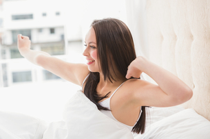 Pretty brunette waking up in bedの写真素材 [FYI00004851]