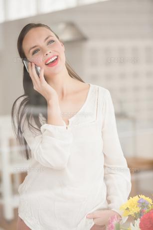 Pretty brunette talking on the phoneの素材 [FYI00004867]