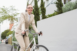 Young businesswoman riding her bikeの写真素材 [FYI00004880]