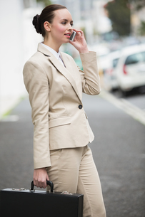 Young businesswoman talking on phoneの写真素材 [FYI00004883]