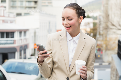 Young businesswoman sending a textの写真素材 [FYI00004886]