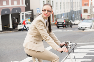 Young businesswoman riding her bikeの写真素材 [FYI00004889]
