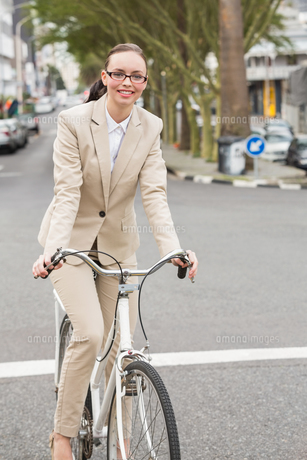 Young businesswoman riding her bikeの写真素材 [FYI00004890]