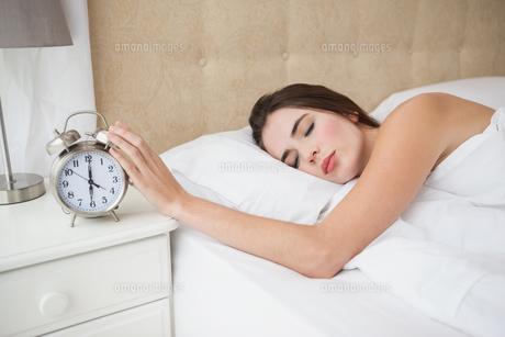 Pretty brunette turning off her alarmの写真素材 [FYI00004939]