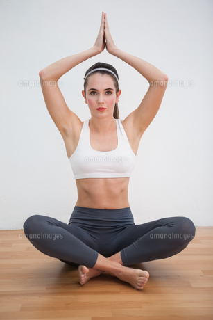 Fit brunette doing yoga at homeの素材 [FYI00004952]
