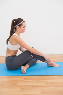 Fit woman doing yoga at homeの写真素材 [FYI00004954]