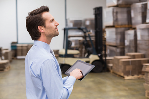 Manager using digital tablet in warehouseの写真素材 [FYI00004960]