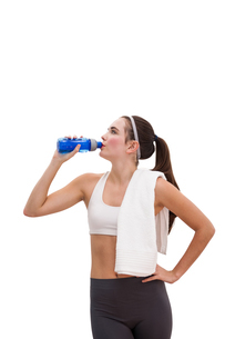 Fit brunette drinking from sports bottleの写真素材 [FYI00004962]