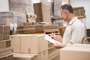 Warehouse worker checking his list on clipboardの写真素材 [FYI00004999]