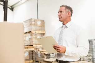 Warehouse manager checking his list on clipboardの写真素材 [FYI00005002]