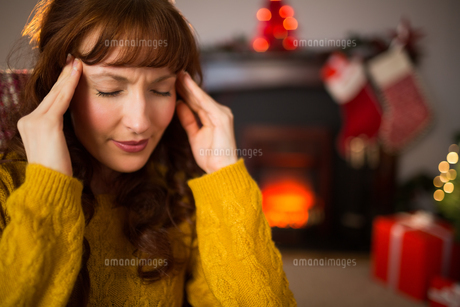 Redhead getting a headache on christmas dayの素材 [FYI00005035]
