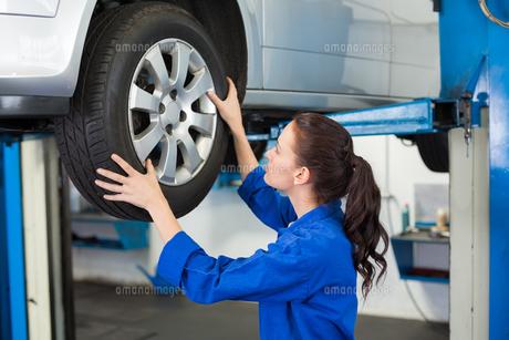 Mechanic adjusting the tire wheelの写真素材 [FYI00005043]