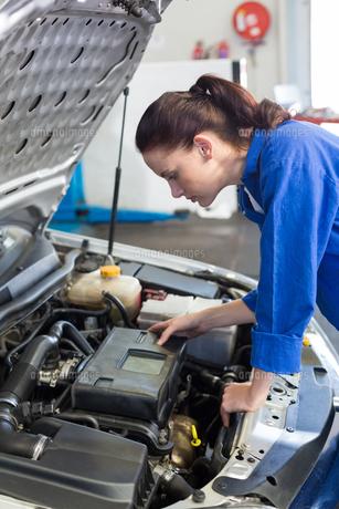 Mechanic examining under hood of carの写真素材 [FYI00005045]