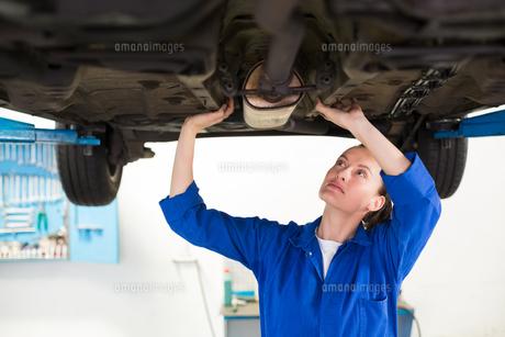 Mechanic examining under the carの写真素材 [FYI00005047]