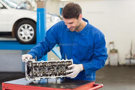 Smiling mechanic working on engineの写真素材 [FYI00005049]
