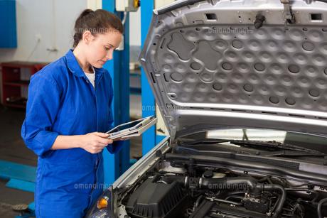 Mechanic using tablet to fix carの写真素材 [FYI00005050]