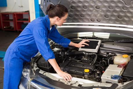 Mechanic using tablet to fix carの写真素材 [FYI00005052]