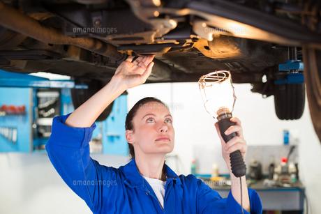 Mechanic shining torch under carの写真素材 [FYI00005055]