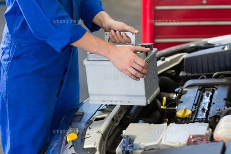 Mechanic examining under hood of carの写真素材 [FYI00005057]
