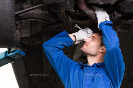 Mechanic examining under the carの写真素材 [FYI00005060]