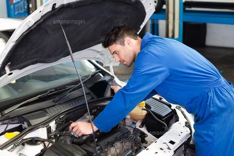 Mechanic examining under hood of carの写真素材 [FYI00005061]