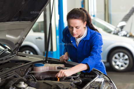 Mechanic working under the hoodの写真素材 [FYI00005063]