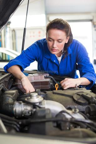 Mechanic working under the hoodの写真素材 [FYI00005065]