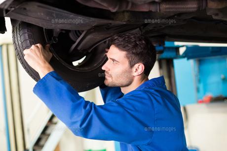 Mechanic adjusting the tire wheelの写真素材 [FYI00005067]