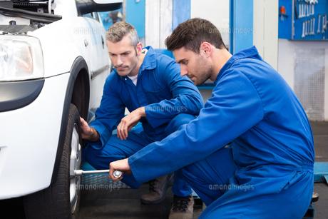 Team of mechanics working togetherの写真素材 [FYI00005069]