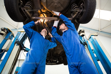 Team of mechanics working togetherの写真素材 [FYI00005070]