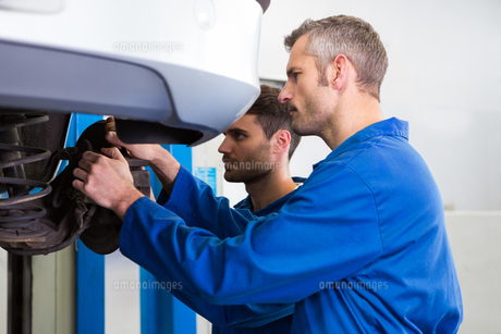 Team of mechanics working togetherの写真素材 [FYI00005074]