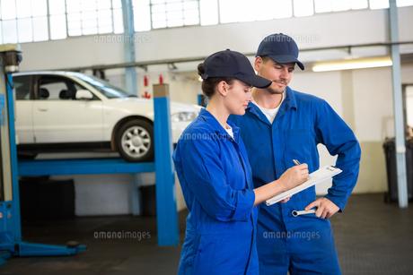 Team of mechanics talking togetherの写真素材 [FYI00005076]