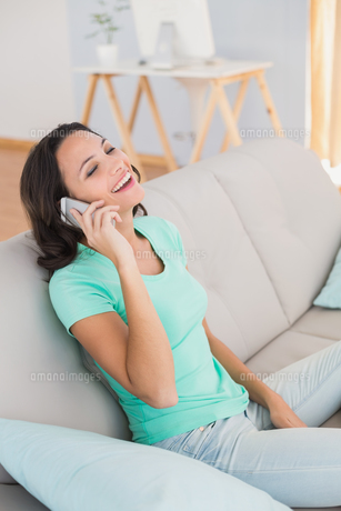 Pretty brunette laughing on the phoneの写真素材 [FYI00005109]