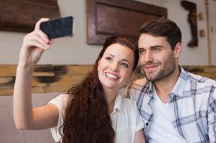 Cute couple on a date taking a selfieの写真素材 [FYI00005133]
