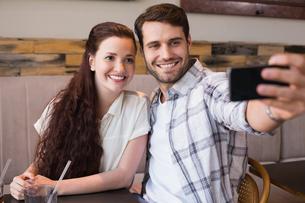 Cute couple on a date taking a selfieの写真素材 [FYI00005134]